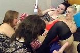 godage entre femmes lors d'une soirée libertine