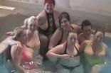 mélangisme entre femmes dans la piscine