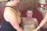 une libertine prépare la bite de son amant pour sa copine
