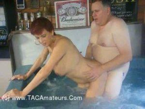threesome MMF dans le jacuzzi d'un sauna libertin