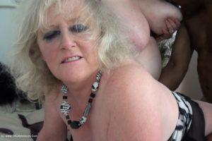 un jeune black chanceux pour deux grosses mamies
