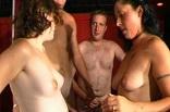 orgie sexuelle entre couples dans un club échangiste
