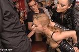 soumise libertine dressée par une domina dans un bar BDSM