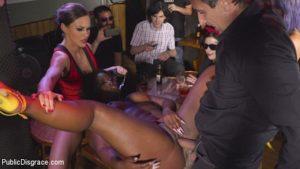 une amatrice noire soumise dans un bar de Madrid