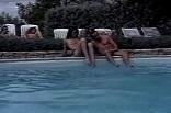 libertinage et orgie sexuelle au bord de la piscine