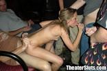 dogging anal pour une jolie blonde dans un ciné porno