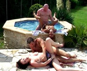 sexe dans la piscine d'une villa libertine de la côte