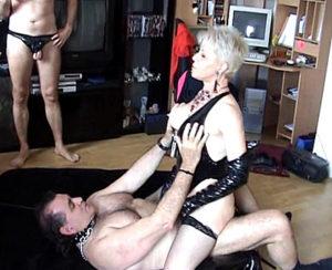 séance BDSM avec une vieille domina